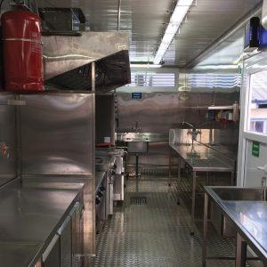 40フィートコンテナ使用により、大型かつ快適な作業エリアを提供