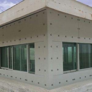 旧国連ポストに施された防弾窓