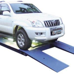 下降傾斜路にさしかかる検問対象車両と車両の車台を検査するカメラシステム