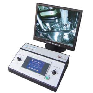 カメラシステムによりリモートスクリーン(最大1500メートル)に動画配信され、爆発物発見時に車両とシステム要員の間のヒトによる直接接触が避けられます。 カメラの機能は高解像度、高コントラスト、カラー画像で、微細な部分まで確認することができます。画像はコンピュータのメモリに格納されます。